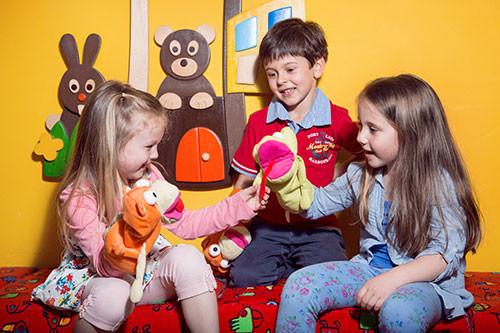Děti učí angličtinu maňásci Ben a Sue